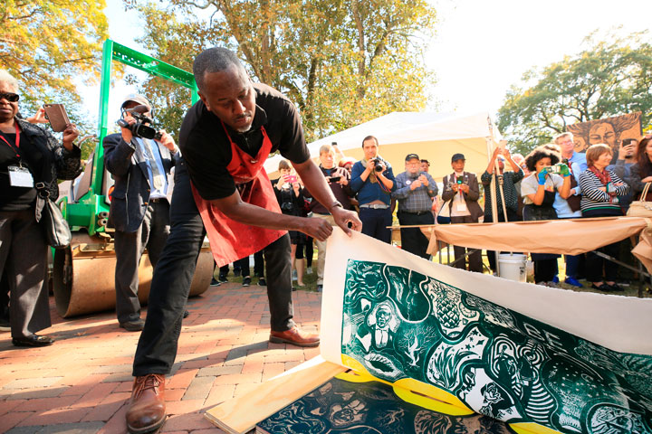 Muscarelle culminates Links Project by making steamroller print at W&M